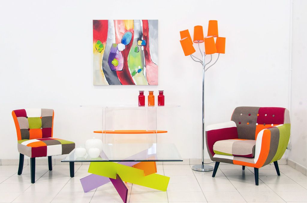 bon Table basse en verre, fauteuils multicolores